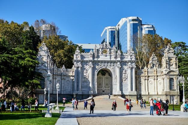Стамбул, турция - 12 октября 2019 г .: дворец северные ворота долмабахче