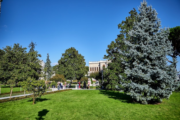 Стамбул, турция - 12 октября 2019 г .: территория дворца долмабахче