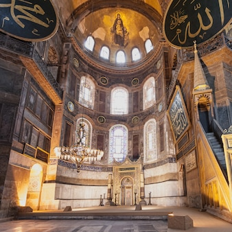 Стамбул, турция - 6 сентября 2014 г .: интерьер собора святой софии 6 сентября 2014 г. в стамбуле, турция. собор святой софии - величайший памятник византийской культуры.