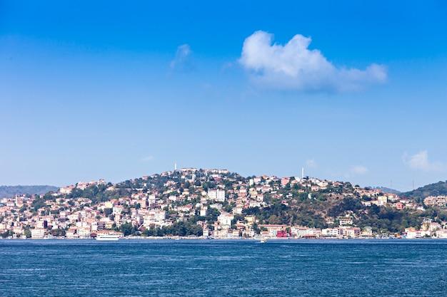 이스탄불, 터키-2014 년 9 월 6 일: 이스탄불 스카이 라인, 터키 이스탄불에서 2014 년 9 월 6 일에 보스포러스 해협에서 볼.
