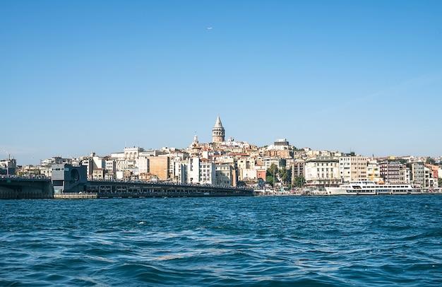 Стамбул, турция - 26-ое сентября: взгляд karakoy, моста галаты, башни galata и золотого рога от побережья eminonu. осень 2015