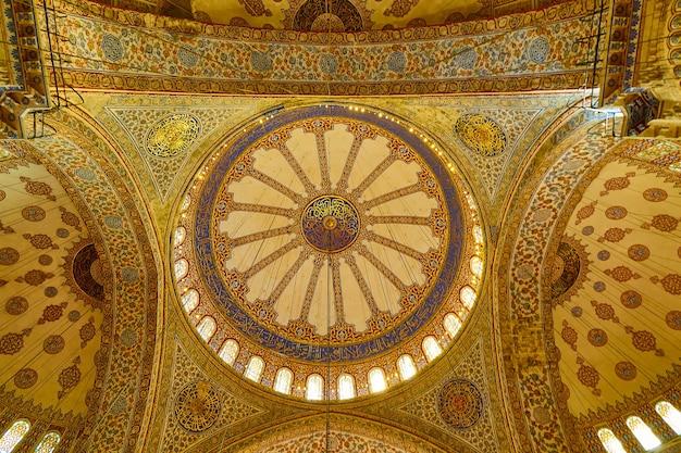 トルコ、イスタンブール-トルコ、イスタンブールのブルーモスクのドーム。