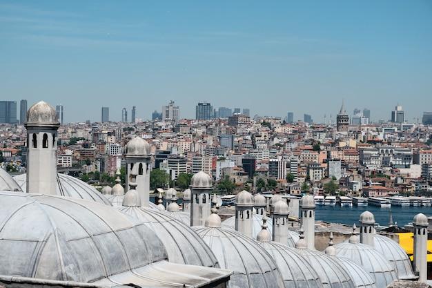 Стамбул. вид на галатскую башню из мечети сулеймание.