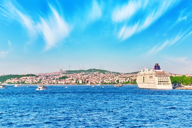 Стамбул вид на закат в лучах солнца. . стамбул - крупнейший город турции.