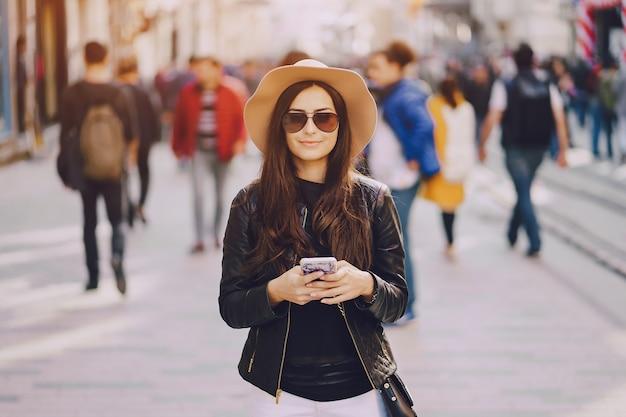 Девушка с телефоном в istanbul