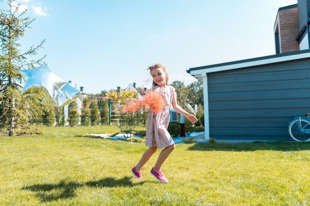 내 하루입니다. 바람을 잡는 동안 그녀의 얼굴에 미소를 유지하는 아름 다운 금발 아이