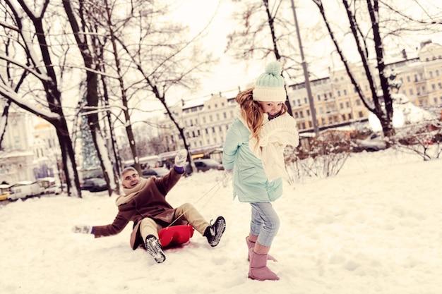괜찮아요. 밖에서 시간을 보내는 동안 그녀의 얼굴에 미소를 유지하는 매력적인 아이