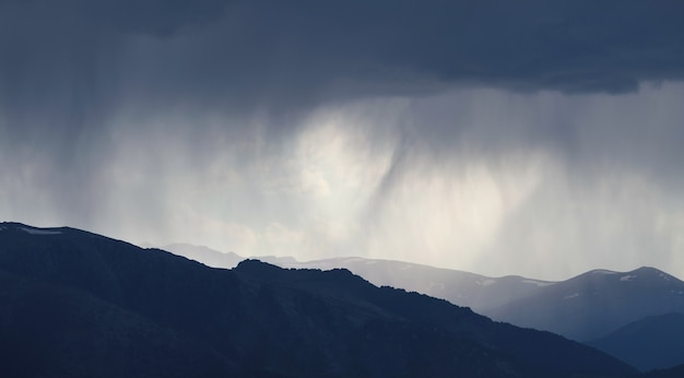 산, 악천후, 자연 배경에 비가 내리고 있습니다.