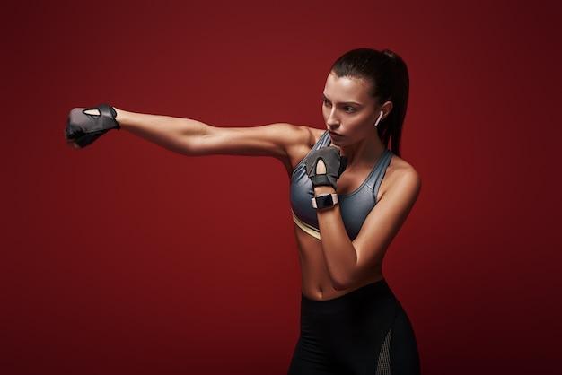 キックボクシングのエクササイズを孤立させて行う強力な魅力的なスポーツウーマンを手に入れるだけで簡単になることはありません