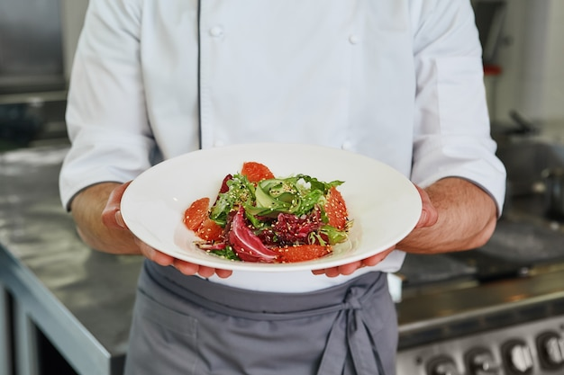 Еда хорошего настроения крупным планом шеф-повар приготовил салат