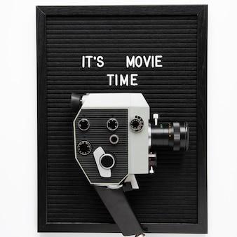 ヴィンテージ映画カメラの上の映画の時間のレタリングです