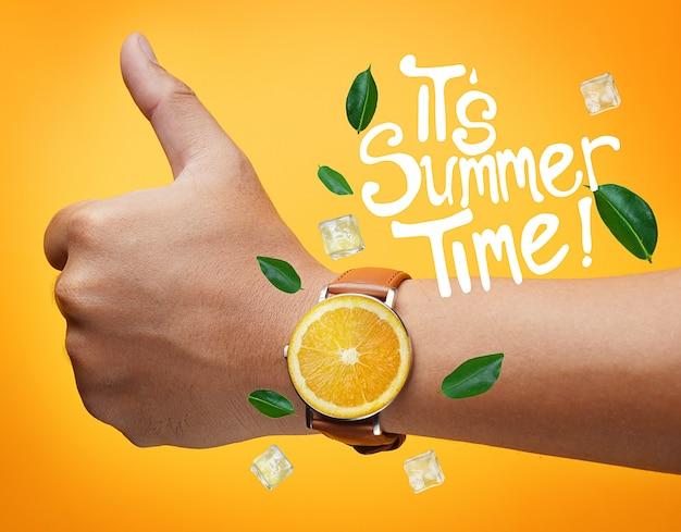 서머 타임 타이포그래피입니다. 노란색 배경에 과일 오렌지 시계를 입고 손을 위로 엄지