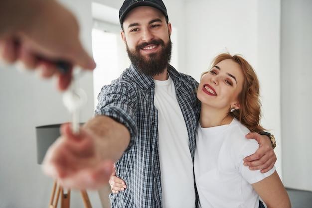 それは今あなたの家です。彼らの新しい家で一緒に幸せなカップル。引っ越しの発想