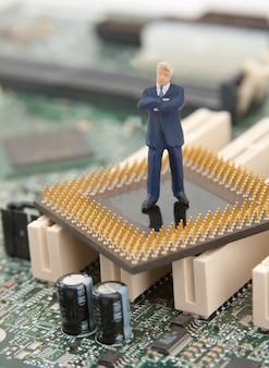 It 보안. 컴퓨터 프로세서에 서있는 사업가