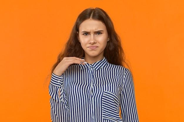 Ha un cattivo odore. schifoso. foto di una bella giovane donna europea che fa smorfie