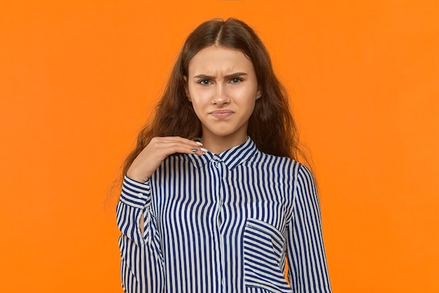 悪臭がします。キモい。顔をゆがめる美しい若いヨーロッパの女性の写真