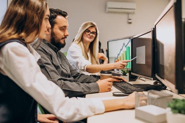コンピューターで作業しているit会社の労働者