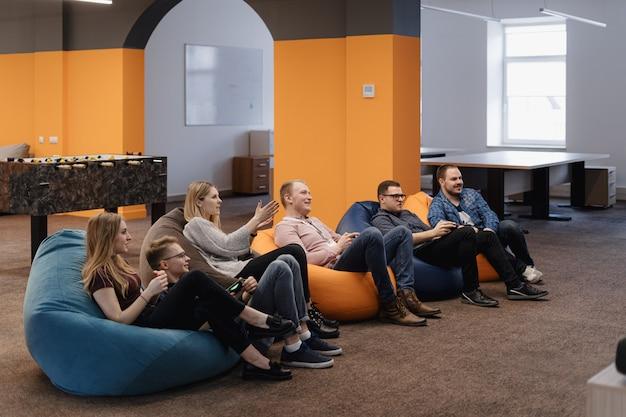 Itチームは、仕事の後にリラックスしながら、コンソールでビデオゲームをプレイします