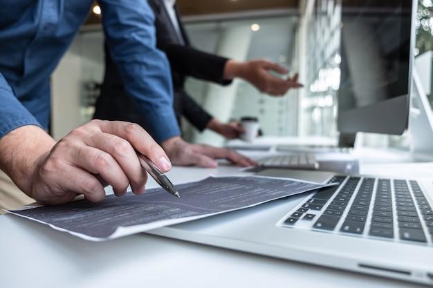 It会社のオフィスのソフトウェア開発コンピューターでプロジェクトに取り組んでいる開発者プログラマーのチーム