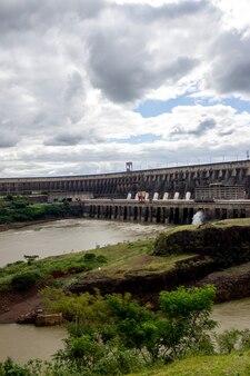 Гидроэлектростанция итаипу бинасьональ в фос-ду-игуасу, бразилия, на границе с парагваем.