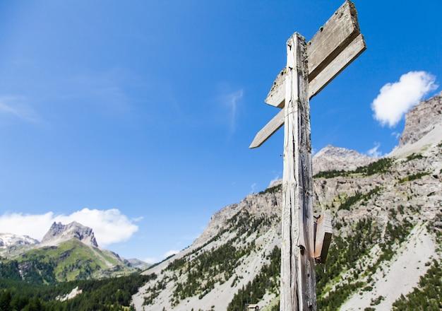 バルドネッキアの町に近いイタリアアルプス。夏の晴れた日の山の方向標識。