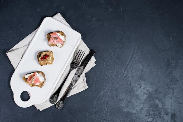 Итальянские закуски с паштетом, пармой и салями на тосте.