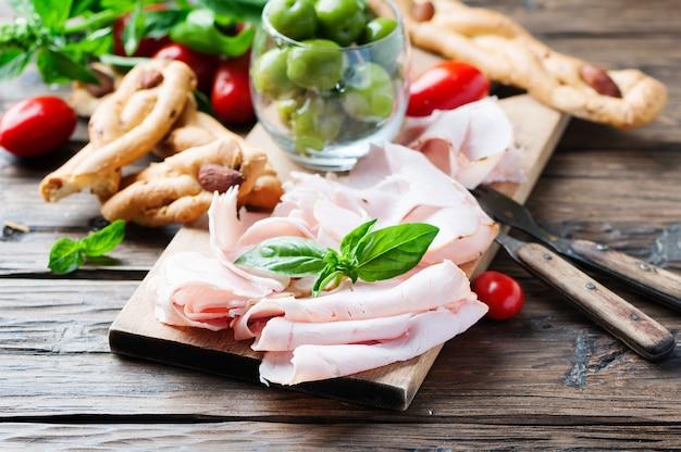 Итальянский антипасто с куриной ветчиной и хлебом