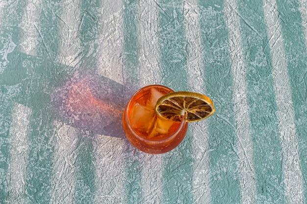イタリアのaperol spritzアルコールカクテル、アイスキューブ、乾燥オレンジスライス