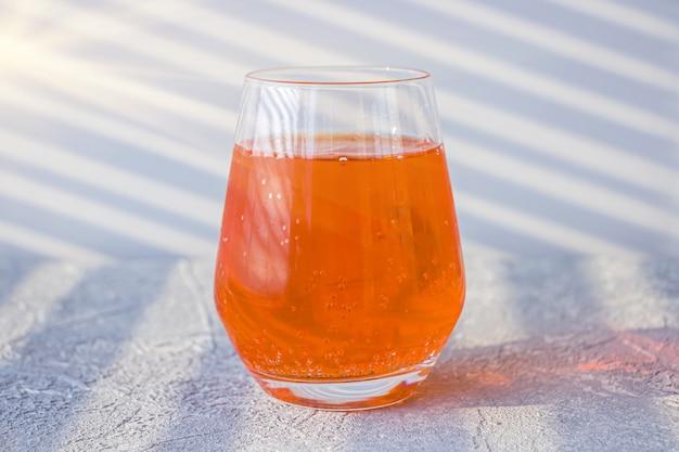 Итальянский алкогольный коктейль aperol spritz с кубиками льда