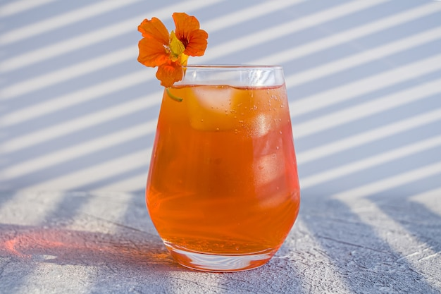 Итальянский алкогольный коктейль aperol spritz с кубиками льда.