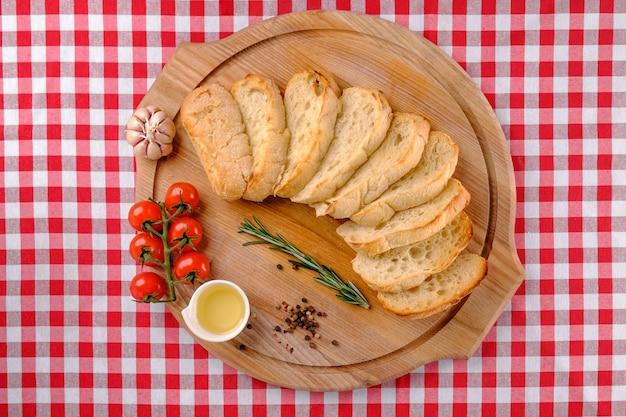 Итальянская закуска. чиаббата и нарезанный белый хлеб на деревянных досках.
