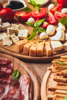 Итальянская закуска - различные виды ветчины, сыра и гриссини.