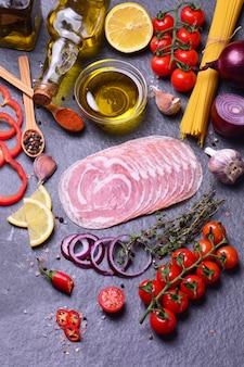 Итальянский бекон со специями и овощами
