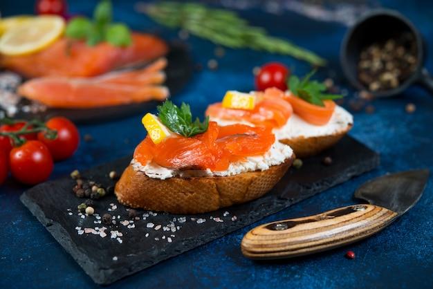 Итальянский багет брускетта с красной рыбой и сливочным сыром.