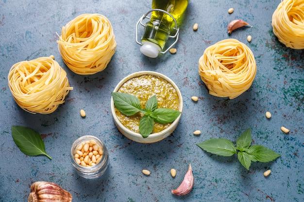 Итальянский соус песто из базилика с кулинарными ингредиентами для приготовления пищи