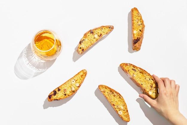 이탈리아 비스코티 쿠키와 달콤한 와인 vin santo.