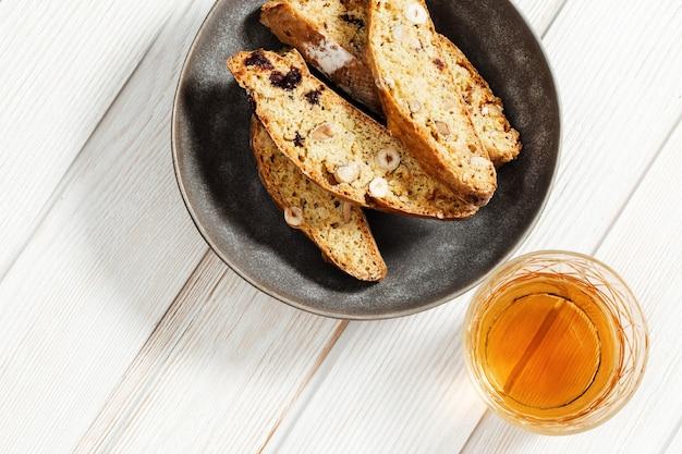 회색 접시와 달콤한 와인에 이탈리아 비스코 쿠키