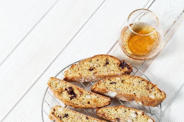베이킹 랙과 달콤한 와인 vin santo에 이탈리아 비스코 쿠키.