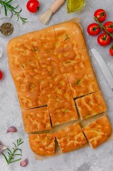 Итальянский хлеб фокачча с чесноком и зеленью