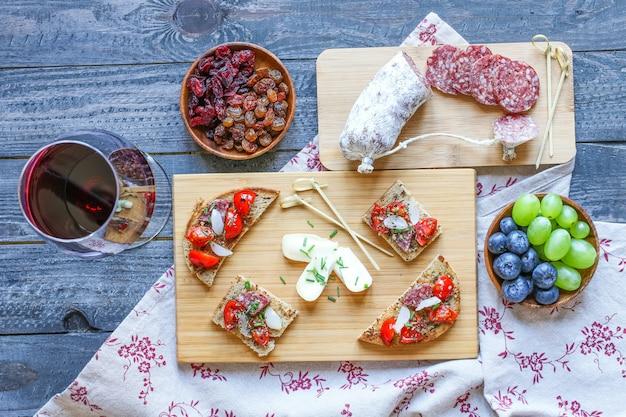 チェリートマトとパンのトーストスライスで作ったイタリアのブルスケッタ