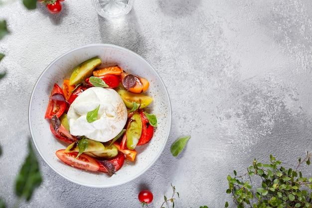 바질과 토마토를 곁들인 이탈리아 부라 타 치즈. 카프레제 샐러드