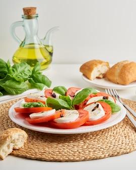 얇게 썬 토마토와 모짜렐라 지중해 요리를 곁들인 이탈리아 카프레제 샐러드