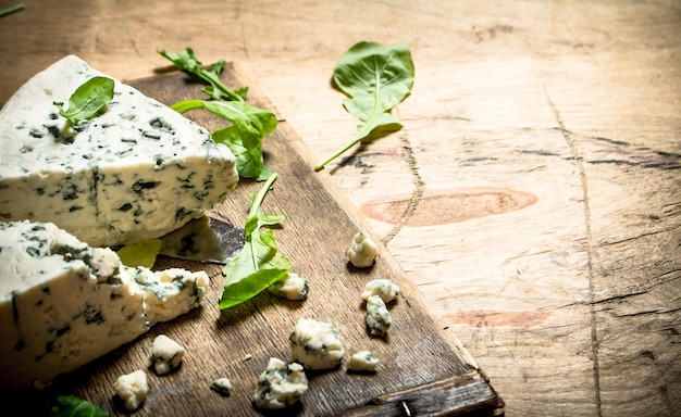보드에 이탈리아 치즈와 허브.