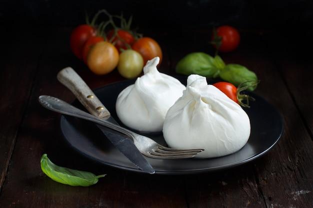 Итальянский сыр буррата, помидоры, базилик