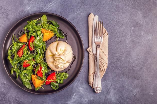 新鮮なルッコラとトマトのイタリアンチーズブラータ