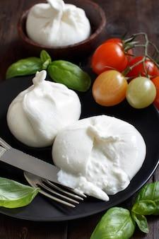 トマトとハーブのイタリアンチーズブッラータ
