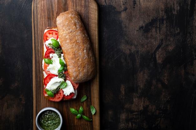 Итальянский хлеб чиабатта с моцареллой, помидорами и базиликом