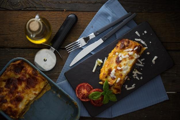 イタリアの古典的な料理のラザニアトマトソースダーク