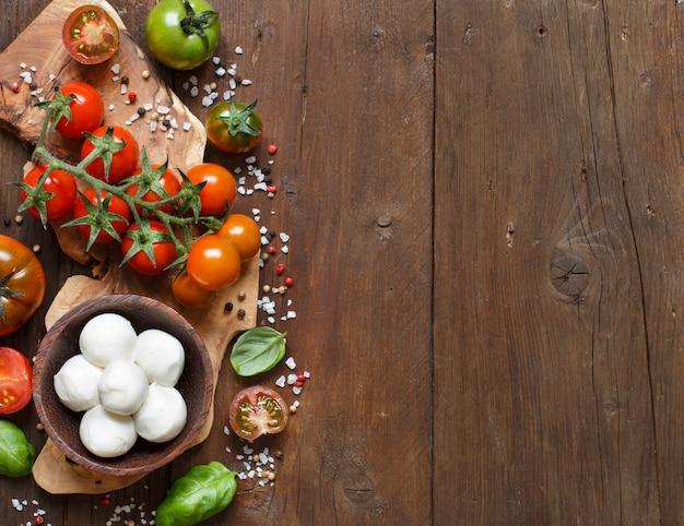 Ингредиенты для итальянской кухни: моцарелла, помидоры, базилик, оливковое масло и другие.