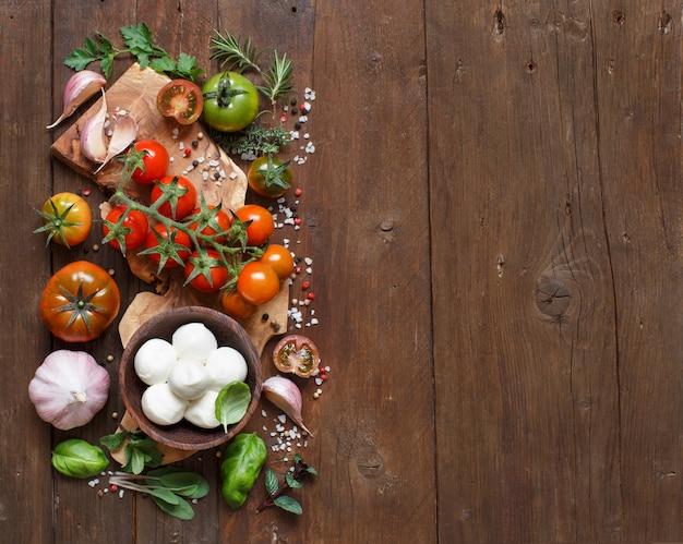イタリア料理の材料:モッツァレラチーズ、トマト、ニンニク、ハーブ、その他